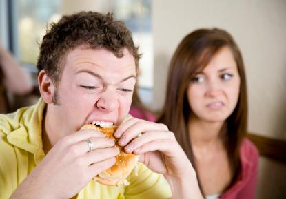 Man äter hamburgare